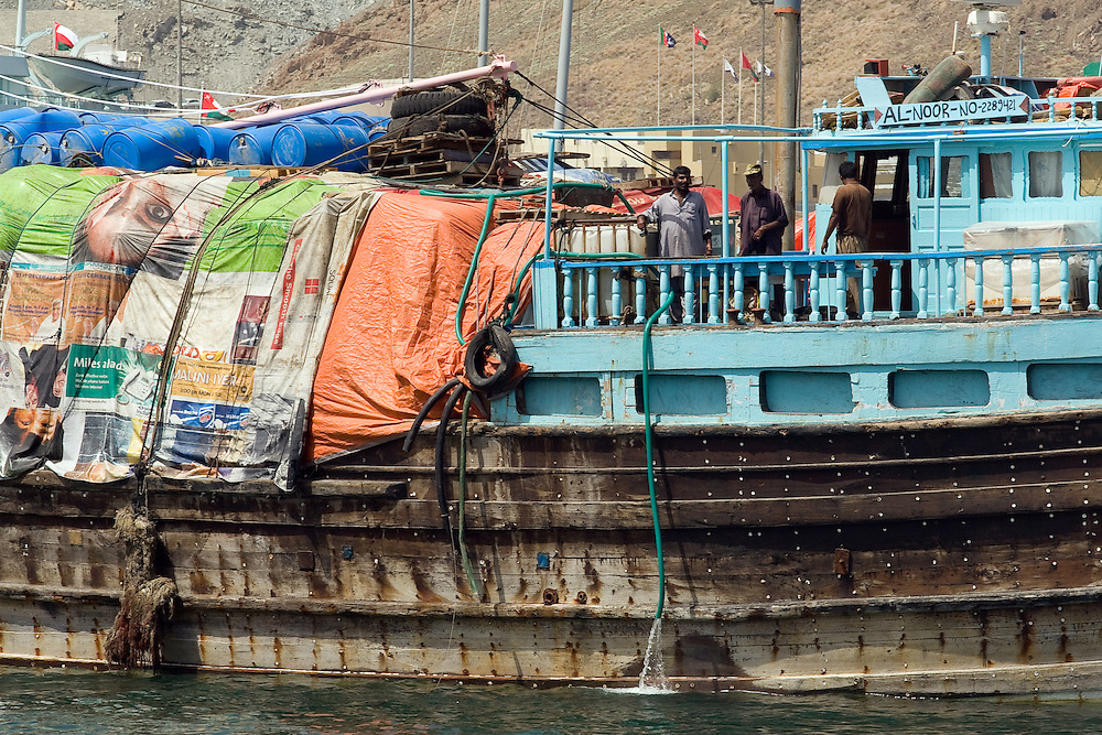 OMAN Sultanat; Arabische Halbinsel, Golf von Oman; Tourismus; Matrah Suq, Muttrah Souk, der Hafen von Matrah: Vollbeladenes Schiff; Ship in the port of Matrah;10.03.2008