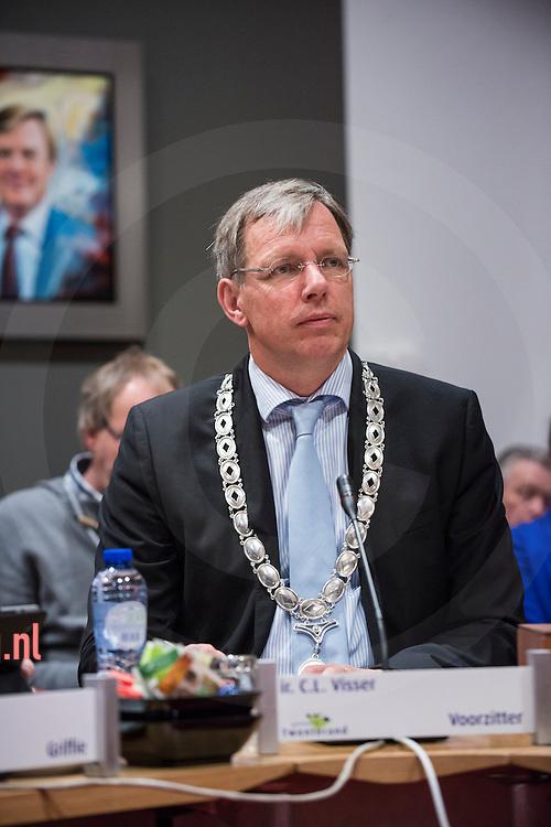 17december2013 Nederland, vriezenveen Voorzitter<br /> Visser<br /> Cornelis Visser FunctieBurgemeester<br /> Telefoonnummer(0546) 840 840<br /> E-mail adresc.visser@twenterand.nl<br /> Taken<br /> <br /> De burgemeester is voorzitter van de gemeenteraad en kan tijdens de vergadering aan de beraadslagingen deelnemen. Als voorzitter draagt hij zorg voor de orde tijdens de vergadering.
