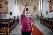 """Der frühere Grenzschützer Pavel Pansky in der Wallfahrtskirche in seinem Heimatsort """"Svaty Kamen"""" - zugehörig zu Dolni Dvoriste."""