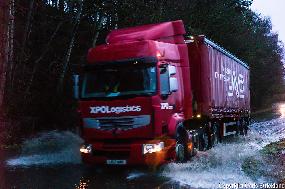 Denholm, Hawick, Scotland, UK. 5th December 2015. Vehicles on the Hawick to Denholm A698 road navigate through flood water as heavy rain persists in the Scottish Borders.