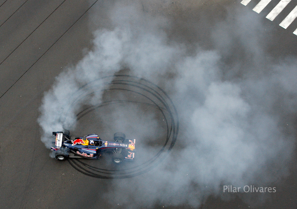 Former Formula One driver David Coulthard of Britain drives the F1 Red Bull Racing car during an exhibition on Avenida La Marina in Lima June 13, 2009. REUTERS/Pilar Olivares  (PERU SPORT MOTOR RACING IMAGES OF THE DAY)