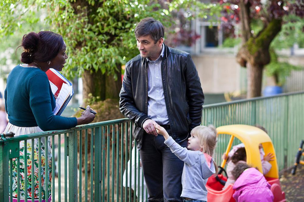 Transmission des enfants aux parents en fin de journée à la crèche départementale Saint Mandé Bérulle 1