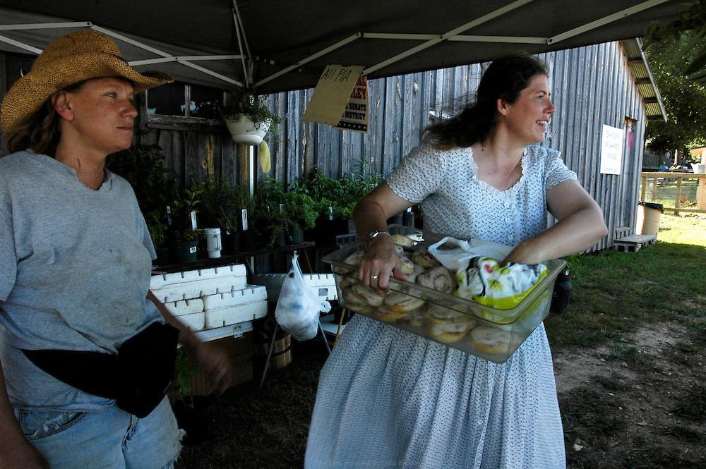Dans le sud du Misssouri, le Festival de Baker Creek réunit les fermiers bio du Midwest trois fois par an et prône l'authenticité de l'agriculture biologique. Les Nelson s'y rendent depuis huit ans. Ils y achètent leurs semences et échangent des informations avec les autres participants.