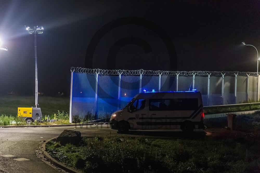 Calais, Frankreich - 16.10.2016<br /> Ein Polizeiwagen steht am Eingang des Dschungel von Calais. Das Fluechtlingscamp an der Kueste zum Aermelkanal soll laut franzoesischer Regierung in den naechsten Tagen geraeumt werden. In dem Camp leben um die 1000 Fluechtlinge und warten auf die Moeglichkeit zur Weiterreise durch den Eurotunnel nach Gro&szlig;britannien. Photo: Foto: Markus Heine / heineimaging<br /> <br /> Calais, France - 2016/10/16<br /> A police car stands at the entrance of the Calais Jungle. The refugee camp on the coast to the English Channel is to be cleared in the next few days, according to the French government. In the camp live around the 1000 refugees and wait for the possibility to travel further through the Eurotunnel to the UK. Photo: Foto: Markus Heine / heineimaging<br /> <br /> ------------------------------<br /> <br /> Veroeffentlichung nur mit Fotografennennung, sowie gegen Honorar und Belegexemplar.<br /> <br /> Bankverbindung:<br /> IBAN: DE65660908000004437497<br /> BIC CODE: GENODE61BBB<br /> Badische Beamten Bank Karlsruhe<br /> <br /> USt-IdNr: DE291853306<br /> <br /> Please note:<br /> All rights reserved! Don't publish without copyright!<br /> <br /> Stand: 10.2016<br /> <br /> ------------------------------