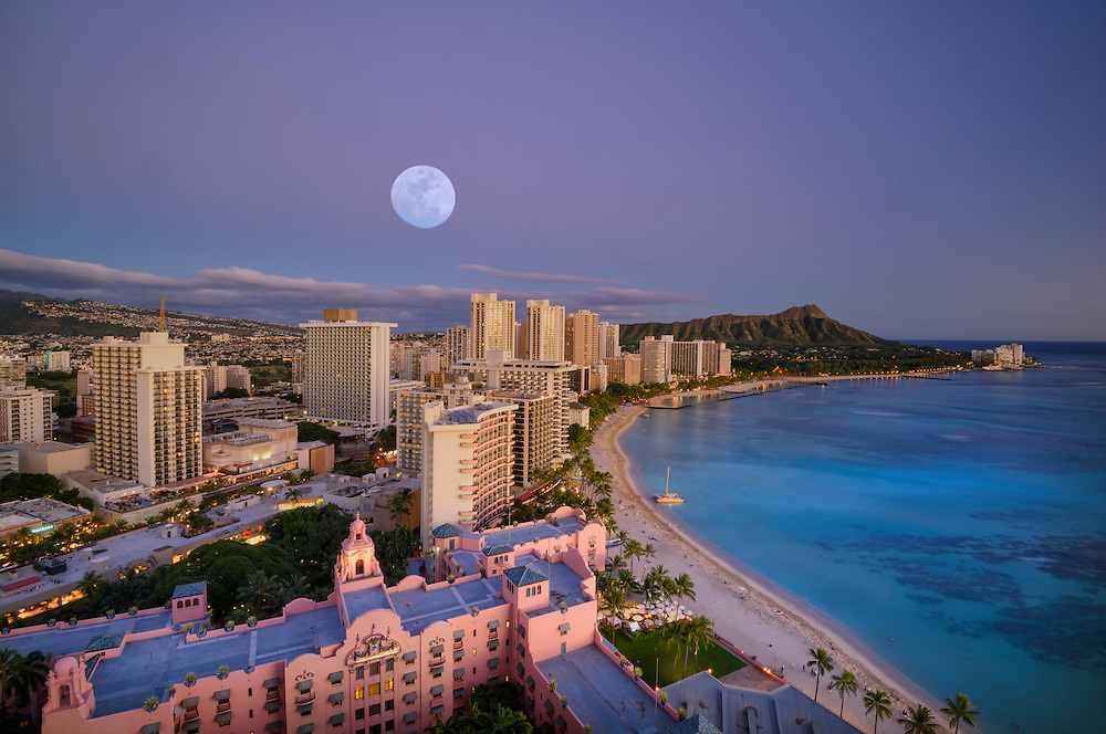USA, Hawaii, Oahu, Honolulu, Waikiki, moon over the beach (m)