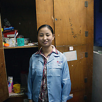 SHENZHEN, DEZ.12.2006: die 19 jaehrige Li Yanfang aus Henan im Schlafsaal Spielzeugfabrik, in der sie arbeitet.