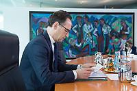 22 MAR 2017, BERLIN/GERMANY:<br /> Heiko Maas, SPD, Bundesjustizminister, liest in seinen Unterlagen, vor Beginn der Kabinettsitzung, Bundeskanzleramt<br /> IMAGE: 20170322-01-002<br /> KEYWORDS: Kabinett, Sitzung, lesen, AKte, Akten