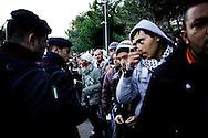 LAMPEDUSA. CARABINIERI CONTROLLANO LA FILA DI IMMIGRATI TUNISINI IN PARTENZA DAL CENTRO DI PERMANENZA TEMPORANEO DI LAMPEDUSA;