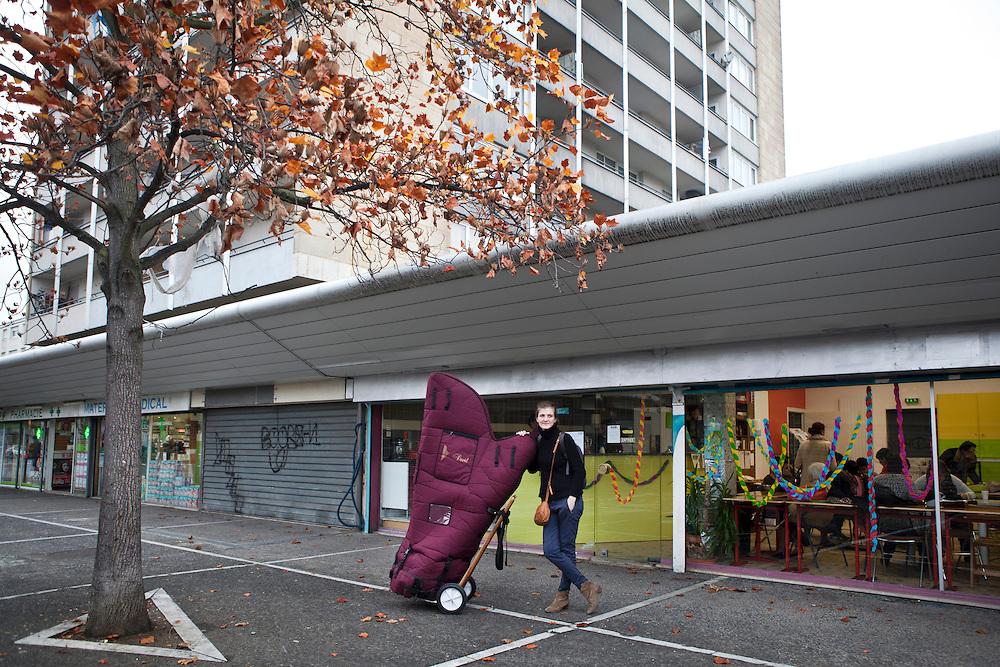 Une harpiste de<br /> l&rsquo;orchestre des Si&egrave;cles en r&eacute;sidence au Forum arrive une rencontre dans un caf&eacute; associatif des Tilleuls, un quartier ordinaire de banlieue avec ses tours, ses<br /> canap&eacute;s pour dealers sous les porches et ses grilles de<br /> magasins ferm&eacute;s. <br /> Jeudi 13 novembre 2015, le nouveau maire UMP a mis fin &agrave; la convention qui liait le Forum, la Ville, les autres collectivit&eacute;s territoriales et l&rsquo;&Eacute;tat. L&rsquo;association qui fait vivre le lieu ne survivra pas au-del&agrave; de fin d&eacute;cembre.<br /> Ce sont vingt emplois permanents menac&eacute;s ; deux-cents &agrave; deux-cent-cinquante intermittents d&eacute;programm&eacute;s pour la fin de la saison ; six compagnies en r&eacute;sidence fragilis&eacute;es. Ce sont aussi des liens humains qui tissaient une ville au quotidien qui disparaissent. Les cr&egrave;ches, les &eacute;coles, les coll&egrave;ges, les lyc&eacute;es, les h&ocirc;pitaux, les centres sociaux, les services municipaux, les maisons de retraites, les associations menaient avec les artistes en r&eacute;sidence des projets de toutes sortes depuis une quinzaine d&rsquo;ann&eacute;es.