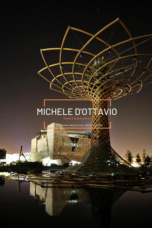 Expo 2015 Milano,  Albero della vita nella Lake arena con sullo sfondo il padiglione Italia