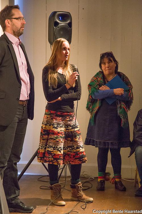 fotograf Sara Lindquist. Utstillingen Rajden g&aring;r &ndash; I renens fotsp&aring;r d&aring; och nu, er en utstilling om samisk reindrift, vises ved Jamtli museum i &Oslash;stersund fra 30. oktober 2016 til 12. mars 2017.<br /> En utst&auml;llning om de rensk&ouml;tande samernas v&auml;rld. M&ouml;t en traditionell rajd och blicka samtidigt in i hur rensk&ouml;tseln sk&ouml;ts i modern tid. Rajden g&aring;r &auml;r en interaktiv utst&auml;llning som f&ouml;rmedlar kunskap om de rensk&ouml;tande samernas historia. H&auml;r f&aring;r bes&ouml;karen m&ouml;ta en traditionell rajd - ett t&aring;g av renar - fr&aring;n den tid d&aring; samerna anv&auml;nde sig av renen f&ouml;r att f&ouml;rflytta sig mellan sommar- och vinterboplatserna.Utst&auml;llningen erbjuder en hel v&auml;rld av renar, ackjor, k&aring;tor och f&ouml;rem&aring;l. <br /> Arrang&ouml;r: Jamtli i samarbete med Samesl&ouml;jdsstiftelsen.