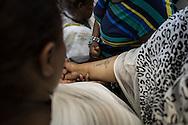 Una pellegrina etiope mostra il suo tatuaggio ai compangi di viaggio