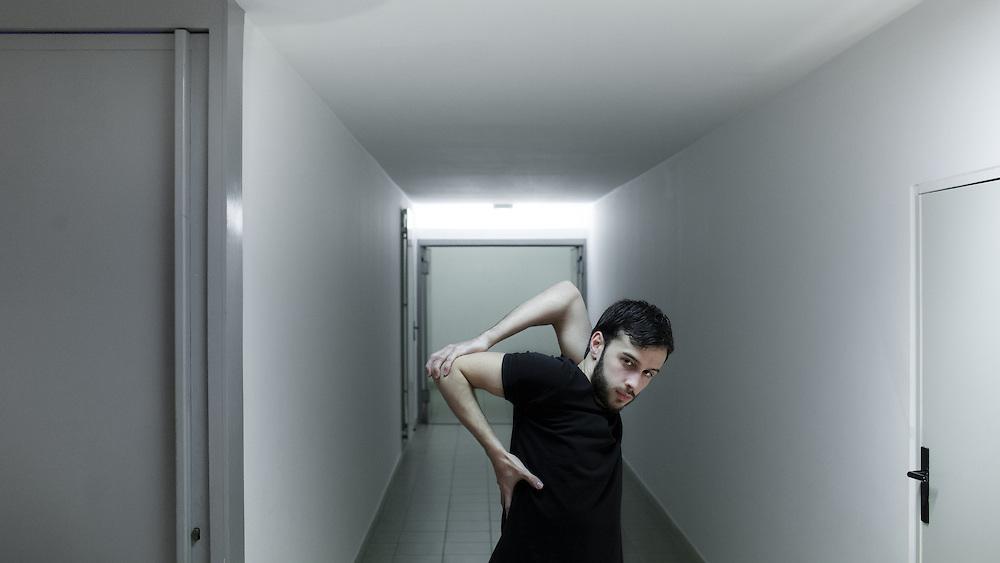 Le danseur Thomas Barbari, quelques minutes avant la représentation du tryptique « Slave » dirigé par David Llari au Ballet National de Marseille.