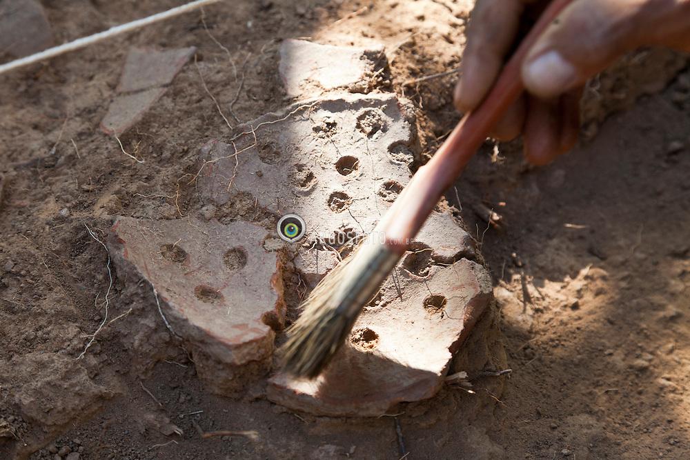 Pilar de Goias-GO. 17/06/2011 Limpeza de objeto encontrado pela Equipe da Zanettini Arqueologia em um sitio de uma area de mineracao de ouro./Cleanup object found by Team Zanettini Archaeology in a site of a gold mining area.