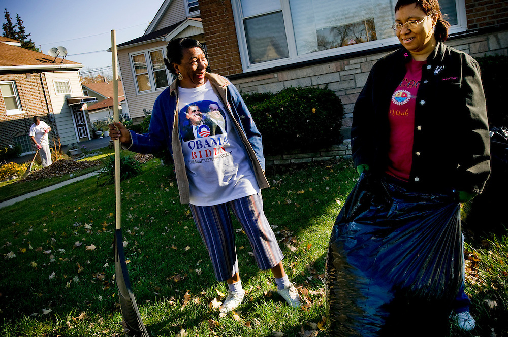 USA, Far Southside, Chicago, November 5, 2008.Etha Clay and her daughter Regina Clay rake leaves the morning after Obama's victory in Chicago. ..USA, Grande Banlieue Sud de Chicago, 5 novembre 2008.Etha Clay et sa fille Regina Clay ratissent les feuilles le lendemain de la victoire d'Obama à Chicago...© Chris Maluszynski /MOMENT / Agence VU