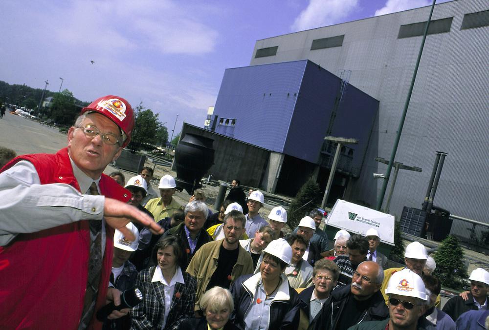 &copy;  christian  JUNGEBLODT.<br />Investitionsruine  AKW Schneller Br&uuml;ter Kalkar am Niederrhein (das Atomkraftwerk ging nie ans Netz)<br />&quot; Kernwasser Wunderland &quot; Hotel , Freizeitpark ( in Bau )<br />Gastronomie und Erlebnisrundgaenge .<br />NUCLEAR PLANT that never started working and today<br />is becoming  an amusement park...<br />Hier : F&uuml;hrung auf dem Gel&auml;nde , Wochenendbesucher