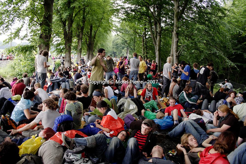6 Juin - Porte Est de la zone rouge : Un blocage massif est organisé. 3000 personnes sont présentes.