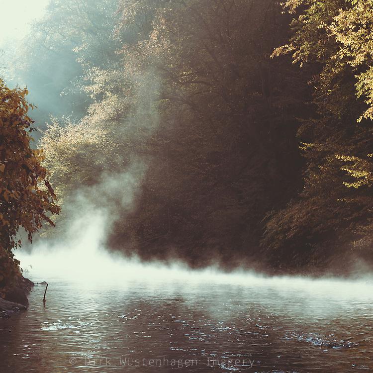 Morgenlicht und aufsteigender Nebel am Fluß Wupper, Wuppertal, Deutschland