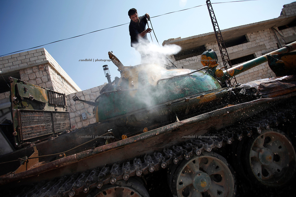 A rebel owned T-64 battle tank arrived in Koreen for maintenace and is beeing washed off its brown mud camouflage for renewal.<br />