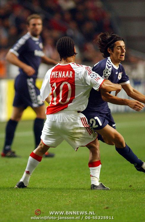 NLD/Amsterdam/20051018 - Champions League wedstrijd Ajax - FC Thun, Steven Pienaar blokt zijn tegenstander