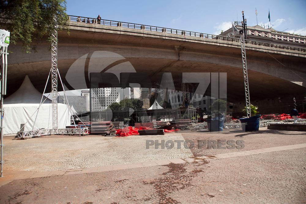 SAO PAULO, SP, 02 DE MAIO DE 2012 - DESMONTE DE PALCO - Operarios sao vistos trabalhando no desmonte do palco e demais estruturas que abrigaram o evendo do dia do trabalhador, nesta tarde de quarta-feira (02), no vale do Anhangabau, zona central da cidade.FOTO RICARDO LOU - BRAZIL PHOTO PRESS