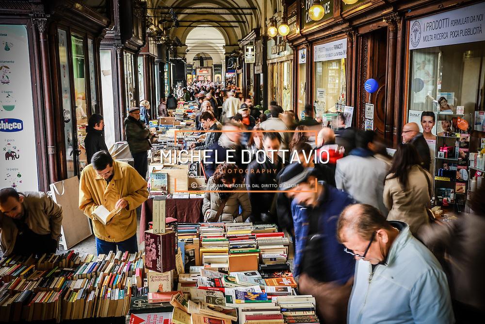 Torino, &quot;Portici di Carta&quot; la libreria all&rsquo;aperto pi&ugrave; lunga del mondo: oltre due chilometri di bancarelle che attraversano tutto il centro della citt&agrave;. <br /> <br /> Turin, &quot;Portici di Carta&quot; library outdoor longest in the world: over two kilometers of stalls running throughout the city center.