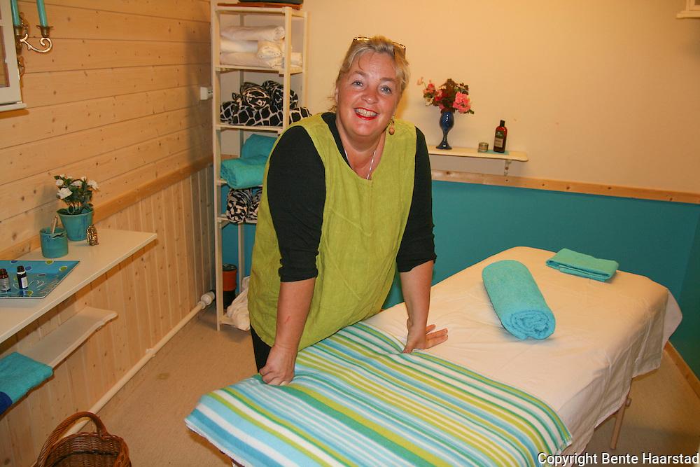 Eldbjørg Marie Ingridsdatter skal bygge om låven hjemme til spasenter, men i første omgang gir hun tilbud om massage og aromaterapi i rom hun leier ved Selbutorget. Foto: Bente Haarstad