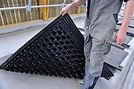 20/05/14 - MARCILLY LE CHATEL - LOIRE - FRANCE - GAEC des Gaulois de la famille Chazal. Instalation de tapis moelleux dans les logettes - Photo Jerome CHABANNE