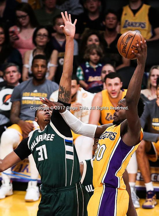 3月17日,洛杉矶湖人队球员朱利叶斯&middot;兰德尔(右)在比賽中投篮。 当日,在2016-2017赛季NBA常规赛中,洛杉矶湖人队主场以103比107不敌密尔沃基雄鹿队。 新华社发 (赵汉荣摄)<br /> Los Angeles Lakers forward Julius Randle (#30) shoots against Milwaukee Bucks forward John Henson (#31) during an NBA basketball game, Friday, March 17, 2017.(Photo by Ringo Chiu/PHOTOFORMULA.com)<br /> <br /> Usage Notes: This content is intended for editorial use only. For other uses, additional clearances may be required.