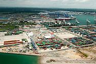 Col&oacute;n es la capital de la provincia paname&ntilde;a de Col&oacute;n, ubicada en la costa caribe&ntilde;a de Panam&aacute;. La poblaci&oacute;n estimada para 2010 es de unas 49,422 personas,1 siendo la cuarta concentraci&oacute;n urbana m&aacute;s poblada del pa&iacute;s desp&uacute;es de la ciudad de Panam&aacute;, San Miguelito y Arraij&aacute;n. La ciudad est&aacute; comunicada con la capital por medio de la carretera trans&iacute;stmica (autopista Panam&aacute; - Col&oacute;n), que une en 78,9 km la ciudad con la costa del oc&eacute;ano Pac&iacute;fico.<br /> <br /> Col&oacute;n est&aacute; situada cerca de la entrada caribe&ntilde;a del Canal de Panam&aacute;. Es de importancia comercial para el pa&iacute;s debido a la Zona Libre de Col&oacute;n (la segunda m&aacute;s grande del mundo) y por la actividad en los diferentes puertos.<br /> <br /> La ciudad de Col&oacute;n se divide en dos corregimientos: Barrio Norte y Barrio Sur. Un sector desde la calle 13 y Ave. Mel&eacute;ndez hacia el suroeste de la ciudad fue dada a la Zona Libre de Colon, la cual administra esta &aacute;rea comercial.<br /> <br /> &copy;Alejandro Balaguer/Fundaci&oacute;n Albatros Media.