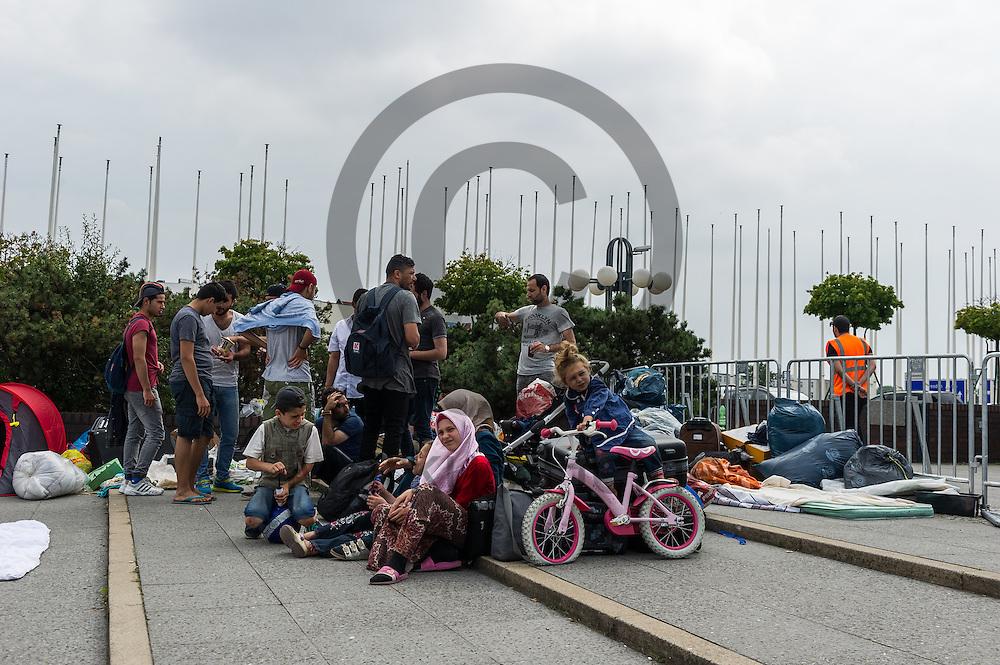 Fl&uuml;chtlinge sitzen w&auml;hrend der Proteste von Fl&uuml;chtlingen am 26.07.2016 vor dem LaGeSo ICC in Berlin, Deutschland mit ihrem Hab und Gut vor dem Zentrum. Die Fl&uuml;chtlinge Protestieren seit einigen Tagen vor dem LAGeSo im ICC gegen einen Umquartierung in eine andere Massenunterkunft. Hygienische Bedingungen und die Privatsph&auml;re sind in vielen Unterk&uuml;nften ein Problem. Foto: Markus Heine / heineimaging<br /> ------------------------------<br /> <br /> Ver&ouml;ffentlichung nur mit Fotografennennung, sowie gegen Honorar und Belegexemplar.<br /> <br /> Bankverbindung:<br /> IBAN: DE65660908000004437497<br /> BIC CODE: GENODE61BBB<br /> Badische Beamten Bank Karlsruhe<br /> <br /> USt-IdNr: DE291853306<br /> <br /> Please note:<br /> All rights reserved! Don't publish without copyright!<br /> <br /> Stand: 07.2016<br /> <br /> ------------------------------