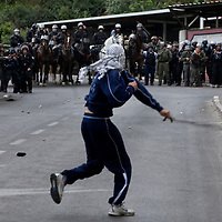 A Palestinians demonstrator throw stone with a slingshot on Police forces in East Jerusalem Photo by Olivier Fitoussi. *** Local Caption *** clashes..old city..stone..palestinian