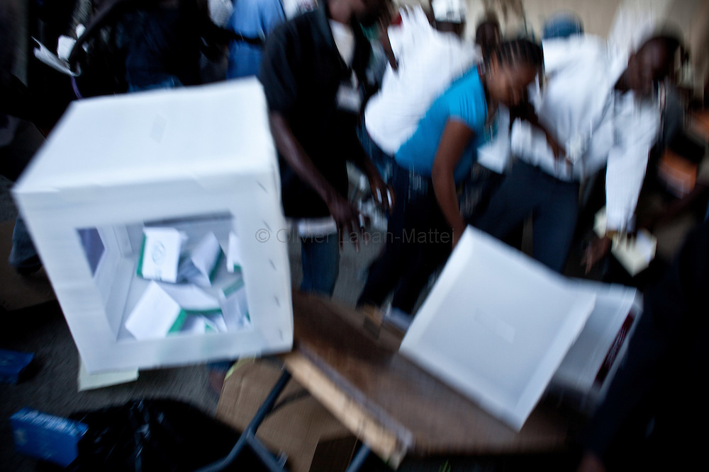 The presidential election in Haiti takes a bad way with fraud suspicions and troubles from some supporters in polling stations./// People flee to escape to about 200 presumed Martelly's supporters destroying ballot boxes, 28 november 2010, in a polling station in Port-au-Prince.