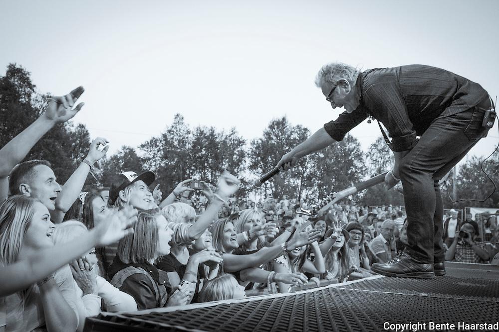 Åge og publikum, publikum på Tydalsfestivalen synger med.