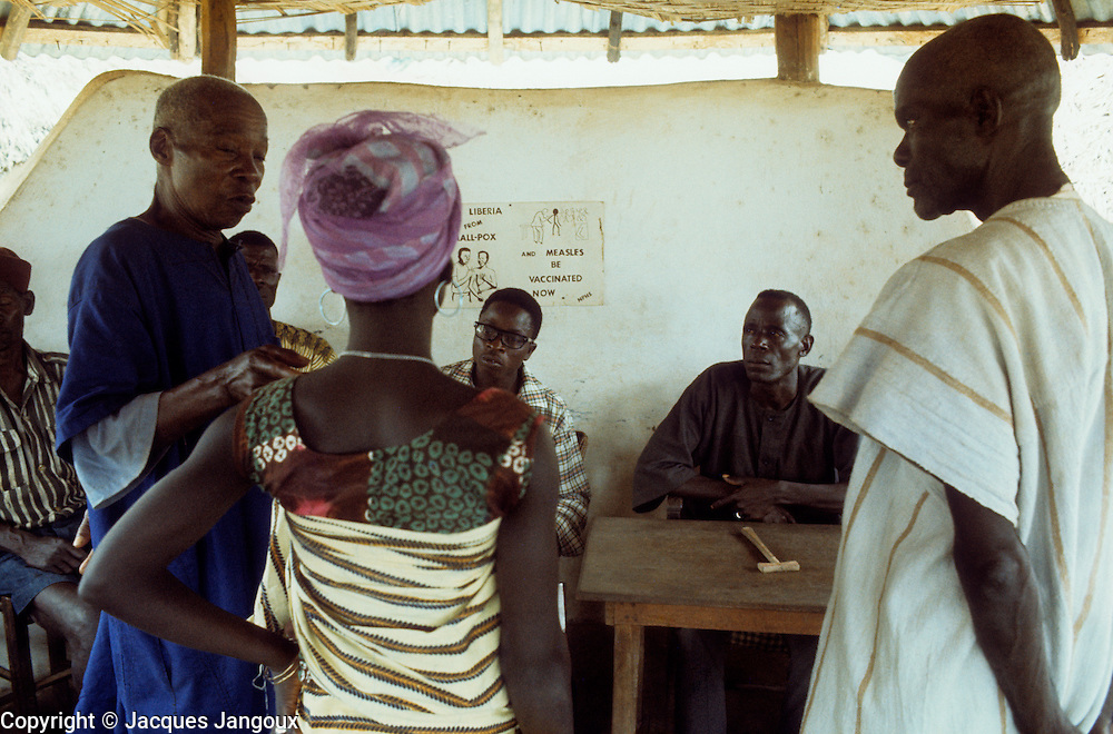 Village life in Africa: Traditional trial by village chief as judge in tribal village court, Kpelle tribe, Liberia, Africa