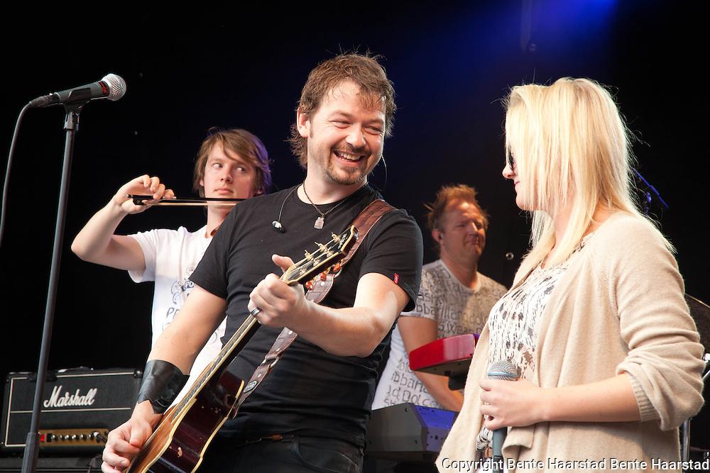 """Unge Miriam Franzen fra Tydal fikk synge duett sammen med Petter Øien og Sie Gubba. De fremførte låten """"Så kom du"""" fra gruppas nyeste plate."""