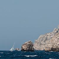 De Marseille au port de Cassis, il n'y a que quelques encablures, mais cette navigation d'une poignée de milles à ceci de particulier qu'elle entraîne embarcations et équipages à travers le pays des merveilles. Conçue et organisée par la Société Nautique de Marseille et le GTC de cassis (Groupement Trapani Carrasco) comme une épreuve de prestige et de convivialité, elle allie amour du patrimoine flottant et amour du patrimoine naturel. C'est dans ce but que les deux entités se sont regroupées pour mettre sur pied au coeur du printemps l'un des rassemblement les plus authentiques, et peut-être le plus attendu par l'ensemble de la flotte au sortir de l'hivernage.