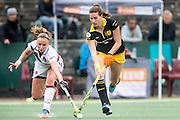 AMSTERDAM - Amsterdam - Den Bosch , Wagener Stadion , Hockey , Play-off hoofdklasse hockey , 03-05-2015 , Amsterdam speelster Jacky Schoenaker (l) in duel met Den Bosch speelster Frederique Matla (r)