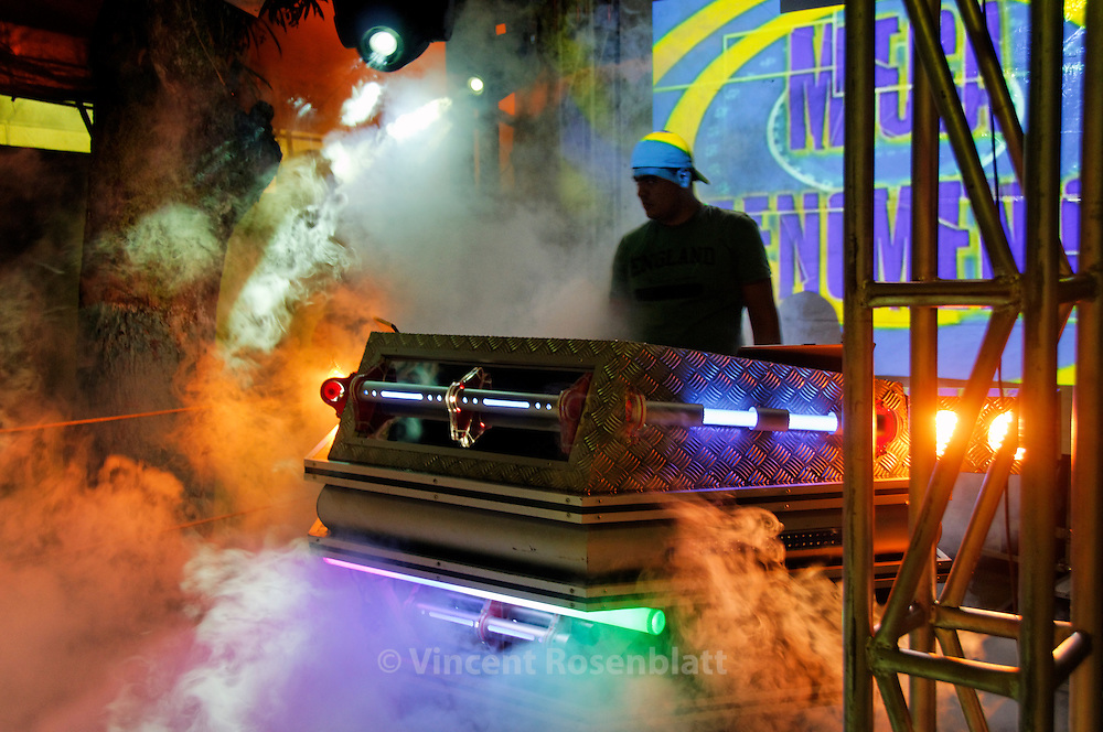 """The """"Mega Fenomeno"""" is a small DJ Booth, preparing the crowd and """"heating"""" the party before the Superpop - the eagle of fire - start its show. Every giant machine - sound equipment have smaller satelites soundsystems from the same company - here the Pop Som. ."""