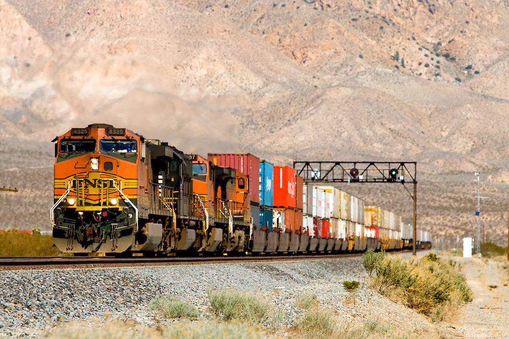 An eastbound BNSF Railway intermodal train approaches Mojave, CA, descending the grade off the Tehachapi Mountains.