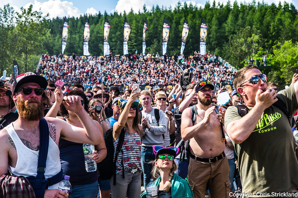 Nevis Range, Fort William, Scotland, UK. 5th June 2016. Fans enjoy spectatcle of the Downhill World Cup as the highland heatwave continues to reach new peaks. The worlds leading mountain bikers descend on Fort William for the UCI World Cup on Nevis Range. © Chris Strickland / Alamy Live News