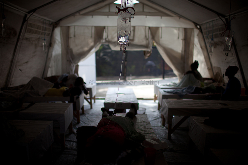 The number of cholera victims in Cité Soleil, a slum of Port-au-Prince, is increasing day by day exponentially, according to a doctor of Doctors Without Borders./// People coming from Cite Soleil and affected by cholera rests at the Sarthe hospital in Port-au-Prince.