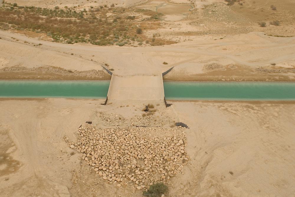 Canal construit par Dead Sea Works, le quatrième producteur mondial de produits à base de potassium. Les usines de Dead Sea Works sont situées sur le bassin sud de la Mer Morte, ses produits chimiques sont exportés internationalement. Israël, mai 2011