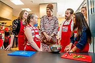 0-4- LELYSTAD - Koningin Maxima opent donderdagochtend 20 april 2017 in Wijkcentrum Zuiderzee in Lelystad het 50e&nbsp;Resto VanHarte. Het 50e&nbsp;Resto is een KinderResto. Kinderen in de leeftijd van 8 tot en met 13 jaar kunnen hier samenkomen om te koken en te leren over voeding, bewegen en samenwerken. Staatssecretaris Klijnsma van Sociale Zaken en Werkgelegenheid is bij de opening aanwezig.COPYRIGHT ROBIN UTRECHT<br /> <br /> 20-4- Lelystad - Queen Maxima opens Thursday morning, April 20, 2017 in Community Center Zuiderzee in Lelystad 50th Resto VanHarte. The 50th Resto is a Kids Resto. Children aged 8 to 13 years old can come together to cook and learn about nutrition, exercise and work. Klijnsma State Secretary for Social Affairs and Employment at the opening aanwezig.COPYRIGHT ROBIN UTRECHT