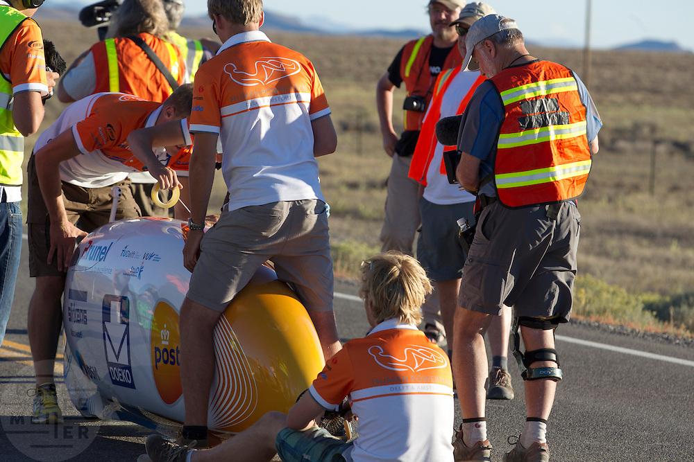 Het Human Power Team Delft en Amsterdam met de VeloX3 bij de start van de eerste race van de WHPSC. In Battle Mountain (Nevada) wordt ieder jaar de World Human Powered Speed Challenge gehouden. Tijdens deze wedstrijd wordt geprobeerd zo hard mogelijk te fietsen op pure menskracht. Ze halen snelheden tot 133 km/h. De deelnemers bestaan zowel uit teams van universiteiten als uit hobbyisten. Met de gestroomlijnde fietsen willen ze laten zien wat mogelijk is met menskracht. De speciale ligfietsen kunnen gezien worden als de Formule 1 van het fietsen. De kennis die wordt opgedaan wordt ook gebruikt om duurzaam vervoer verder te ontwikkelen.<br /> <br /> The VeloX3 of the Human Power Team Delft and Amsterdam at the start of the first race of the WHPSC. In Battle Mountain (Nevada) each year the World Human Powered Speed Challenge is held. During this race they try to ride on pure manpower as hard as possible. Speeds up to 133 km/h are reached. The participants consist of both teams from universities and from hobbyists. With the sleek bikes they want to show what is possible with human power. The special recumbent bicycles can be seen as the Formula 1 of the bicycle. The knowledge gained is also used to develop sustainable transport.