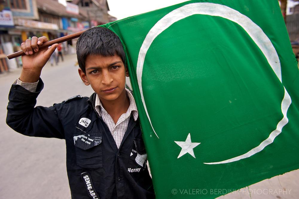 A child waving the Islamic flag.