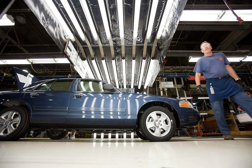St.Thomas, ONT.: September 8, 2011 --  Workers at Ford's St. Thomas assembly plant build some of the last Crown Victoria's during one of the final shifts at the plant September 8, 2011. The plant is scheduled to wrap up production of the vehicle on September 15.<br />  (GEOFF ROBINS for National Post)