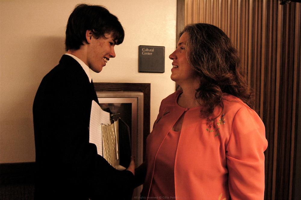 Joanne est fière de son fils qui va prendre la parole devant toute la communauté pour participer au sermon du dimanche aux côtés du Bishop. Moberly, Missouri 2006-2007