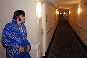 USA Nordamerika Memphis Tennessee Images of the King Contest ..About 70 international Elvis Presley inpersonators perform 5 nights at the annual Images of the King Contest in Memphis Tennessee the audience is mostly female contestant Gilles Elmiliah (Israel) waits patiently for his turn on stage..Elvis Presley Wettbewerb 2006 jedes Jahr im August singen ca  70 internationale Elvis Interpreten 5 Tage lang in Memphis um die Wette Das Publikum besteht vorwiegend aus Frauen Teilnehmer Gilles Elmiliah (Israel) warted im Gang des Hotels geduldig auf seinen Einsatz auf der Buehne