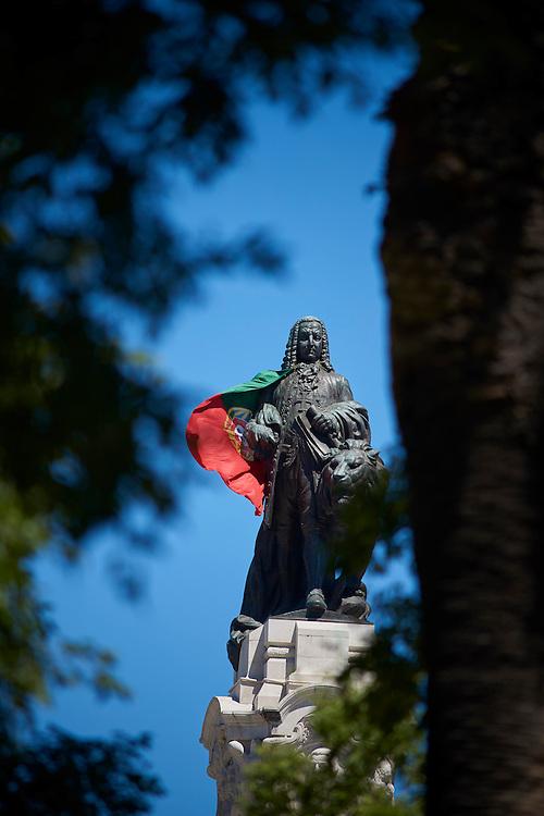 Lisboa, 10/07/2016 - A est&aacute;tua do Marqu&ecirc;s de Pombal envolta na bandeira nacional no dia do jogo da final do Euro 2016 entre Portugal e Fran&ccedil;a<br /> (Paulo Alexandrino / Global Imagens)